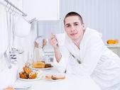 Muž s snídaně
