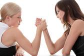 Dvě ženy ruce bojovat