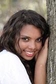 Smíšené dospívající dívka venkovní portrét strom