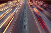 Notte tempo traffico sulla strada principale nella città di kiev