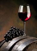 Csendélet vörös bor és a régi hordó