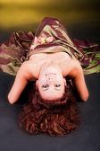 Okouzlující mladá dívka v šatech na podlaze