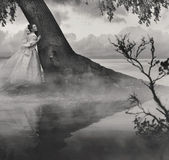 Výtvarné fotografii ženy v kráse krajiny v černé a bílé