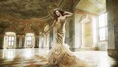 Fine art photo d'une dame de la mode jeune dans un intérieur élégant