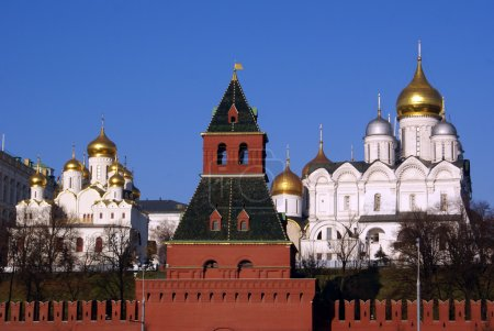 Постер, плакат: Red tower and white cathedrals, холст на подрамнике