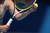 Frau mit Tennisball und raquet