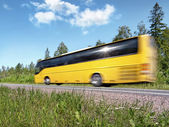 žluté turistické autobus urychlit na venkovské silnici, pohyb rozostření, s odrazem