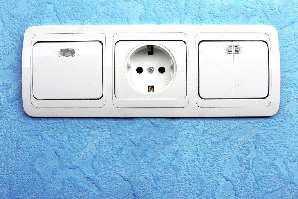 elektrische schalter und stecker im blauen wand — Stockfoto ...
