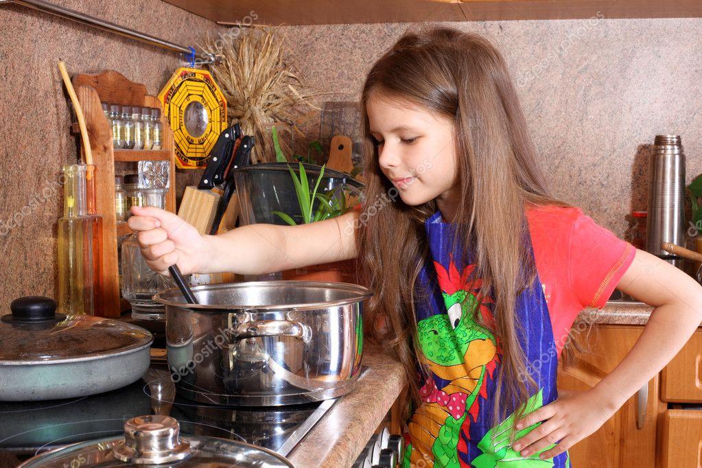 devushka-na-kuhne-video