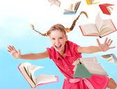 Schulmädchen Holding Haufen Bücher.