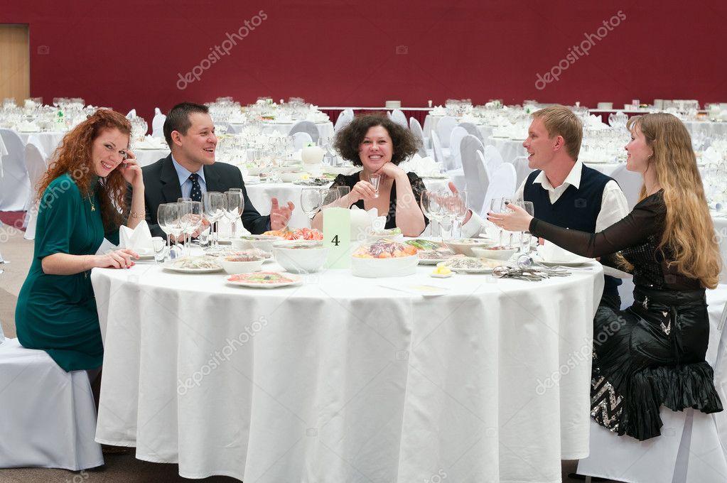 Vijf jonge aan ronde witte tafel in restaurant u2014 stockfoto © antiksu
