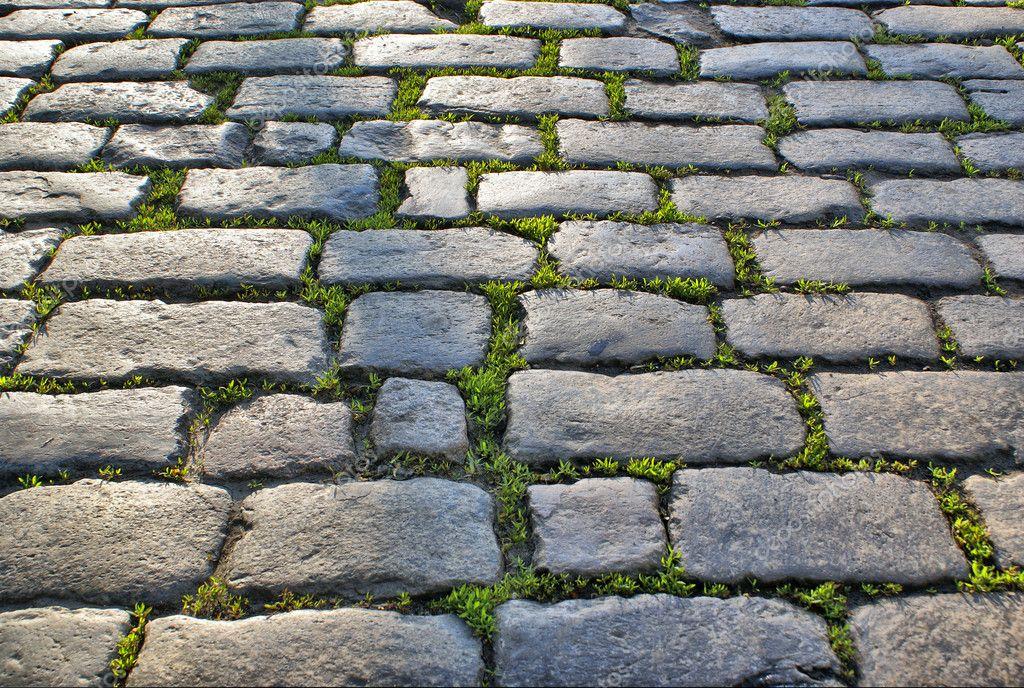carretera de adoquines con hierba foto de stock