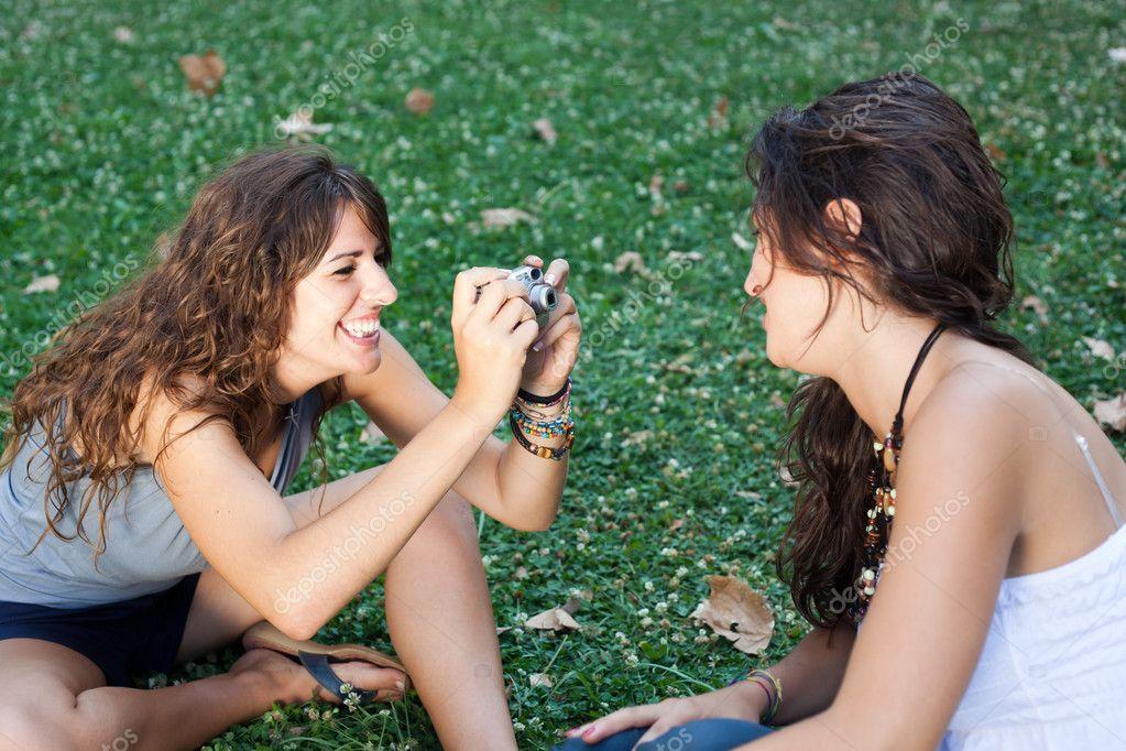 Resultado de imagen para chica tomando foto a su amiga
