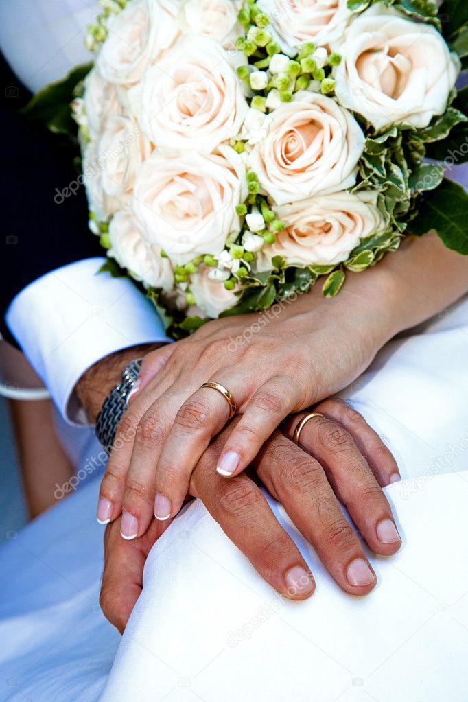 Assez de la mariée et le marié avec la bague de mariage — Photo #3841118 VM07