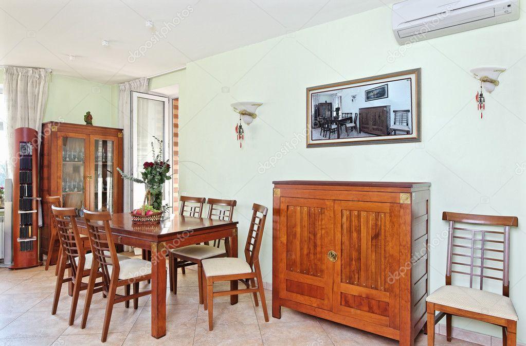 Mobili Della Sala Da Pranzo : Interno della sala da pranzo con mobili classici in legno u foto