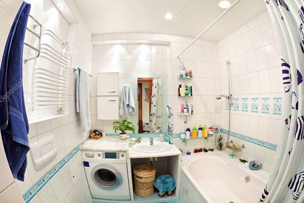 moderne kleine badkamer in blauwe kleuren brede hoekmening ...