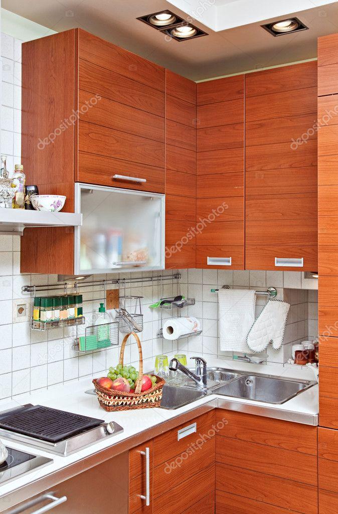 parte dell\'interno di cucina con mobili in legno e lavello — Foto ...