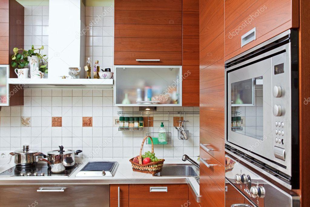 Parte dell\'interno di cucina con mobili in legno e costruire ...