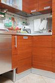 része a konyha lakberendezés, fából készült bútorokkal és mosogató