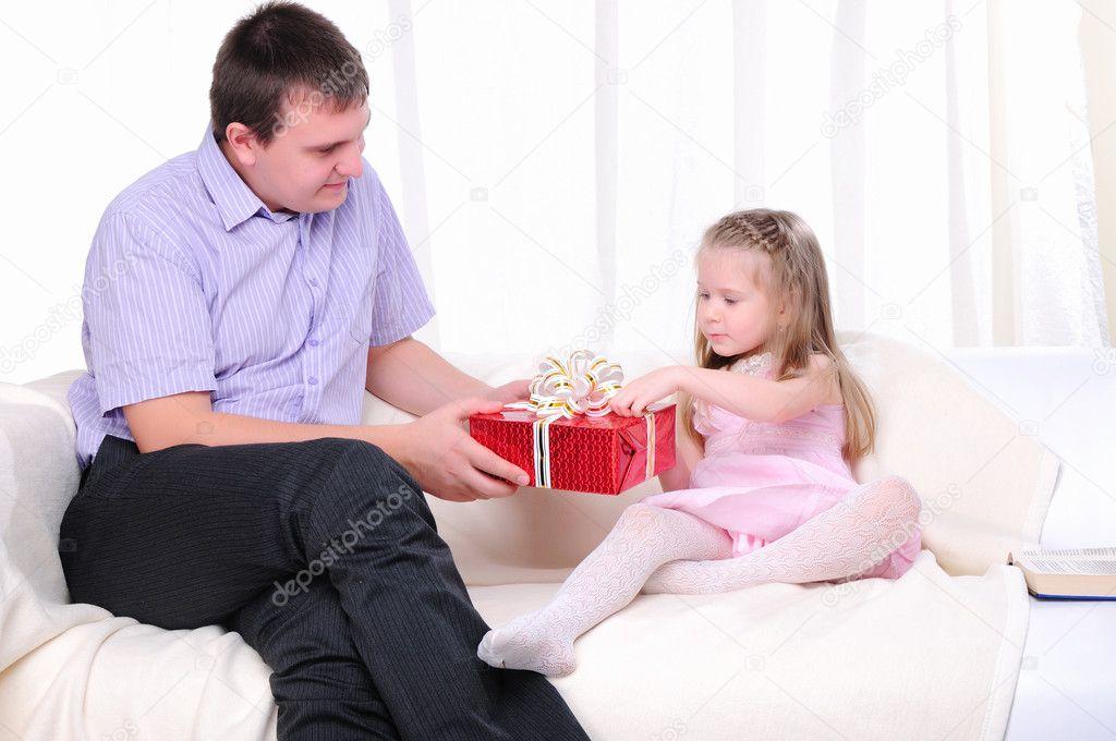 и коленках папа дочь видео на