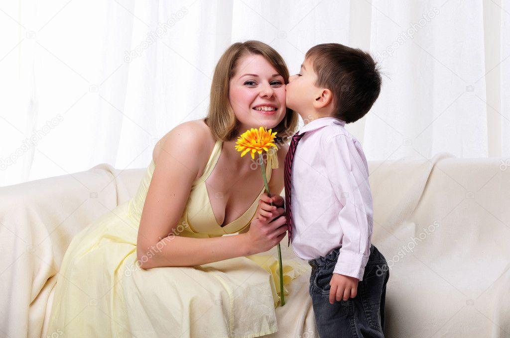Madre dando un regalo a su hijo — Foto de stock
