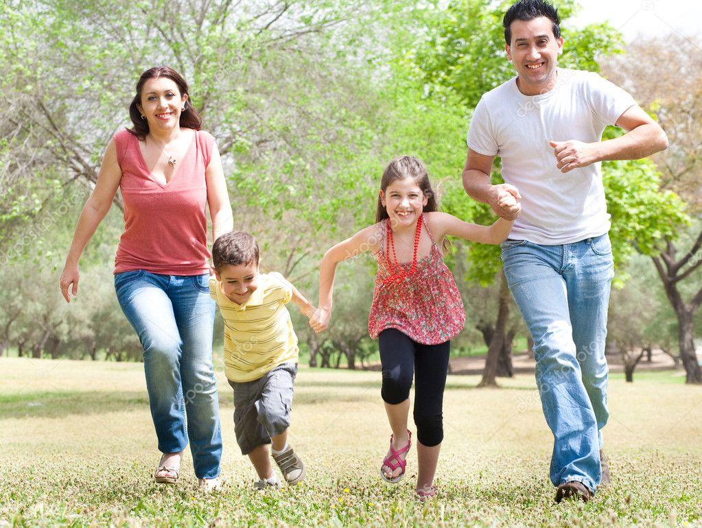 Familia De Cuatro En El Parque Foto De Stock C Get4net 3122271