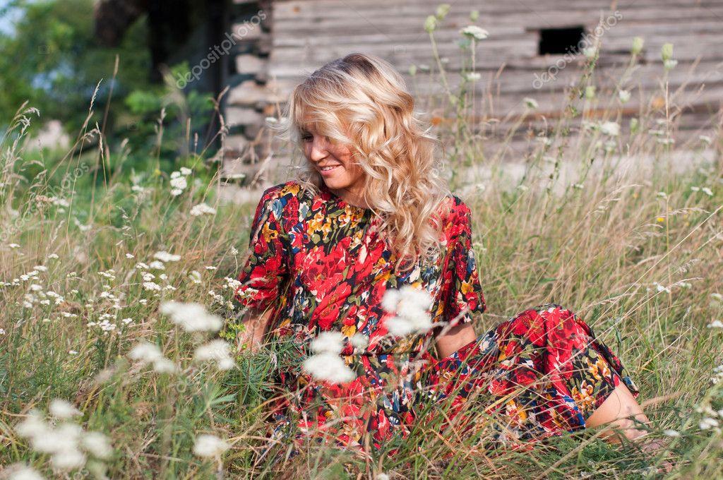 foto-krasivih-blondinok-v-derevne