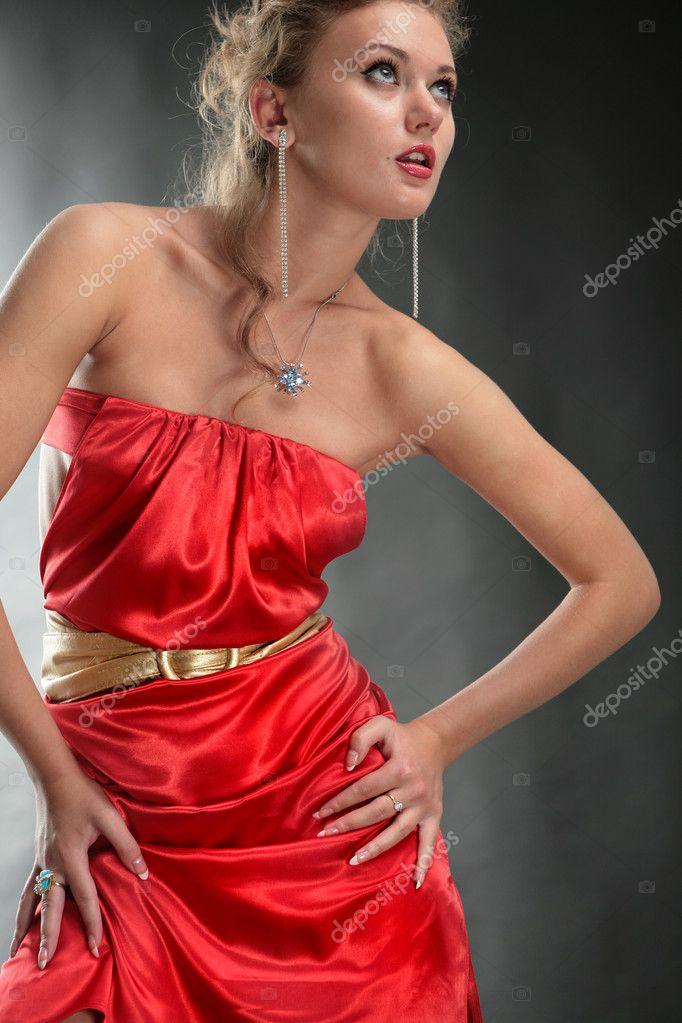bella d'oro ragazza vestito cintura rosso bionda e una su bla in un HgrzHAZwq