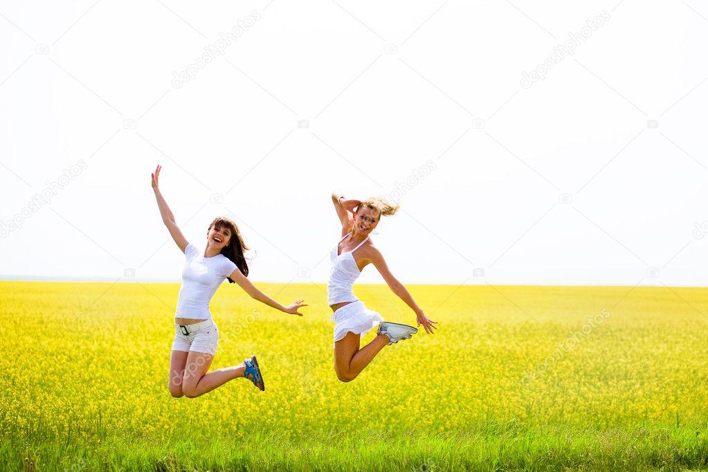Зрелая красиво прыгает