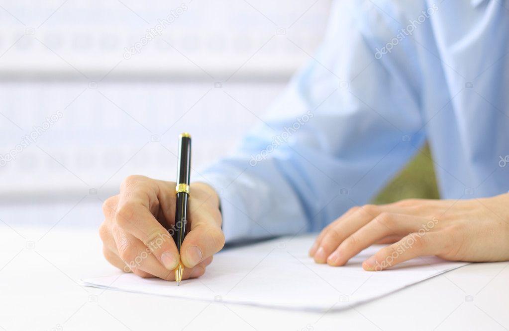 Руки, писать на бумаге — стоковое фото
