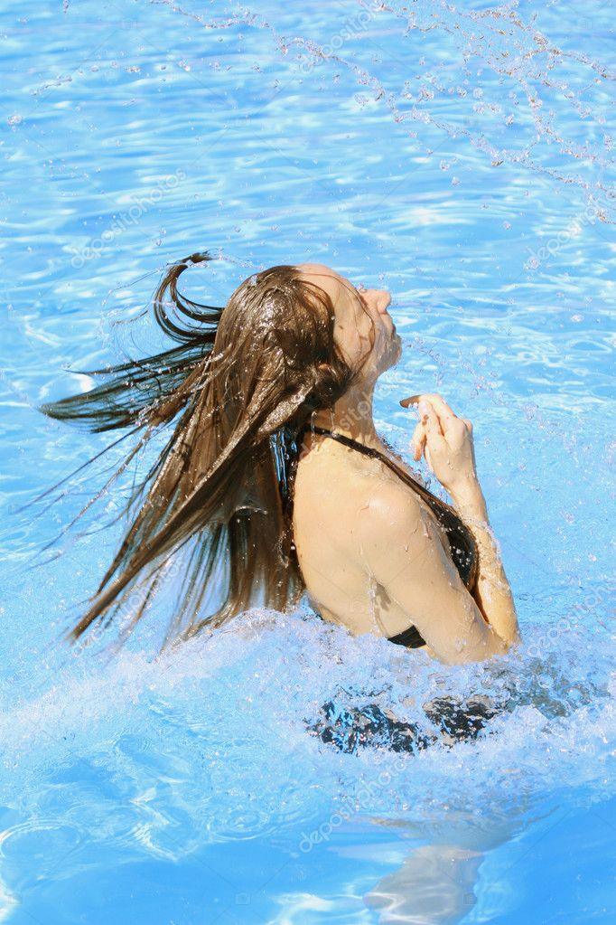 в бассейне плескаюсь также