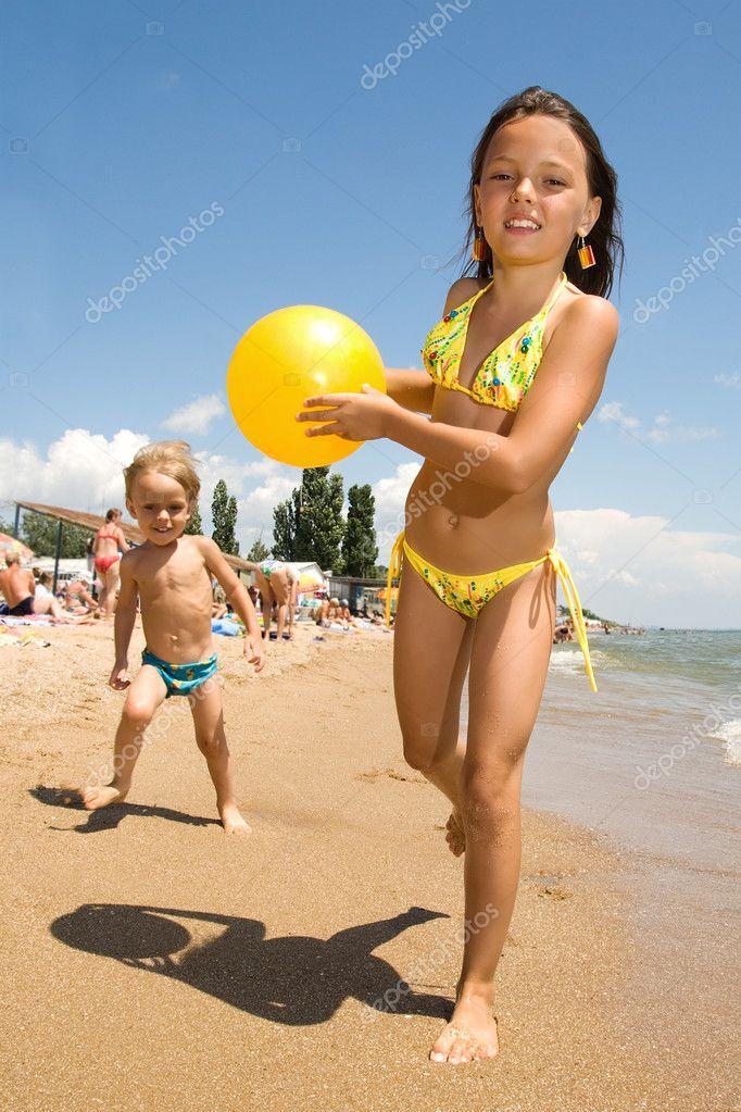 молодые на пляже фото