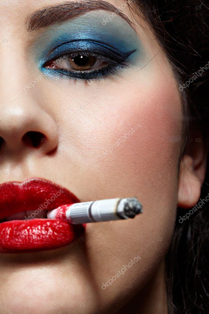 Курящая девушка с накрашенными губами