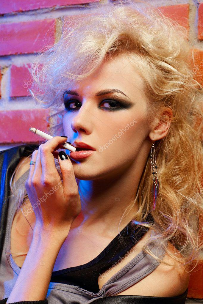 blondýnka kouření