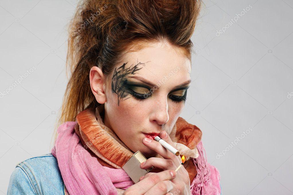 malá holka kouří