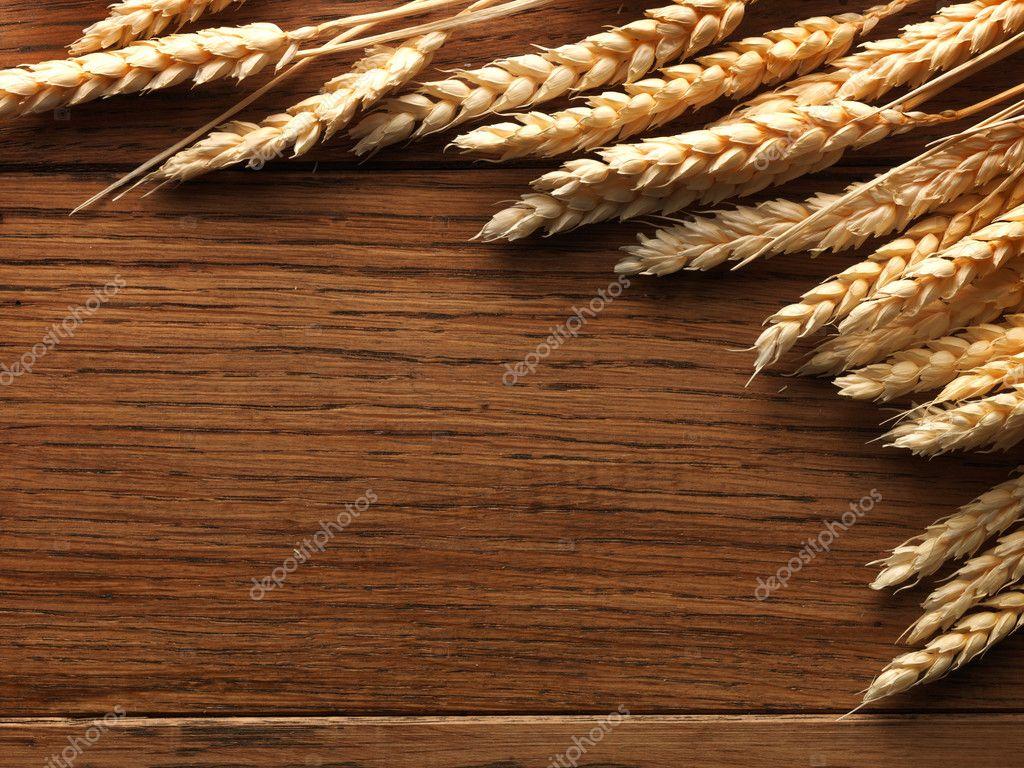 Espigas De Trigo En El Tablero De Madera