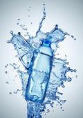 bottiglie di plastica in un turbinio di acqua