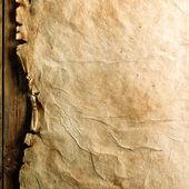 Starý papír na dřevěné desce