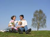 familie mit zwei kindern. frühling