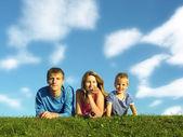 rodina na bylinkách pod modrou oblohou