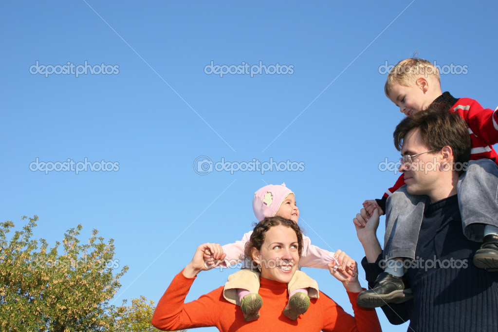 Дети на плечах фото