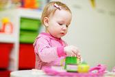 Fotografie batole dívka si hraje s hračkami