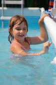 holka v bazénu