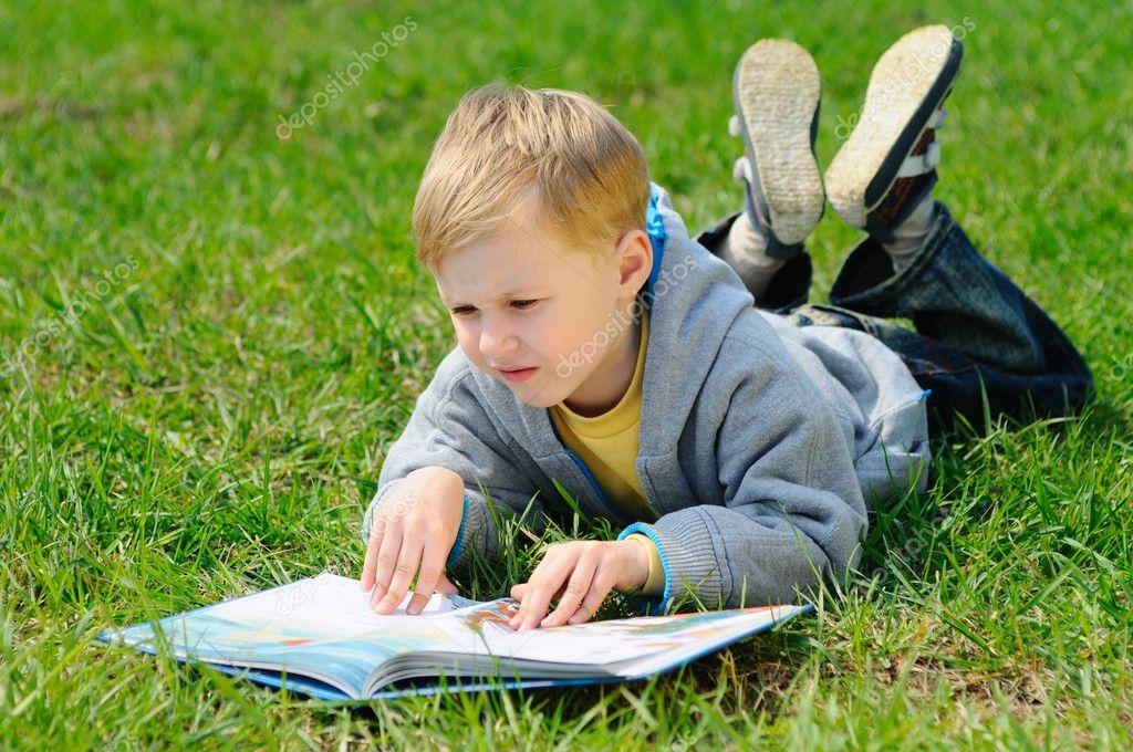 Niño Está Leyendo Un Libro Al Aire Libre