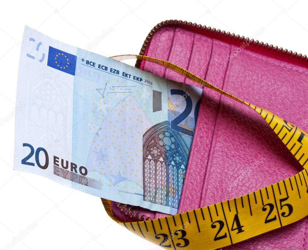 408cf6aa0de Krap budget concept met open portemonnee met geld geperst door een meetlint  — Foto van brookefuller