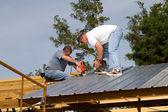 stavební dělníci na střeše