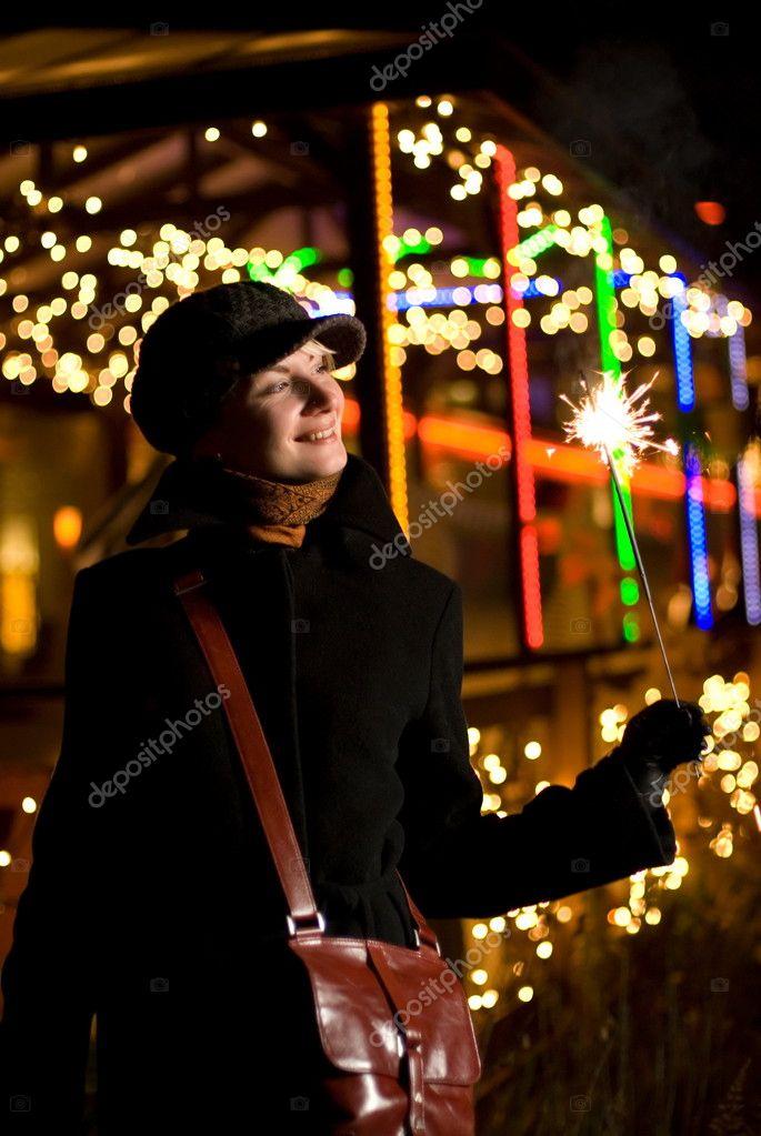 Belle fille heureuse avec feux d artifice de Noël sur blurre abstraite–  images de stock libres de droits 8b5a17ce32e