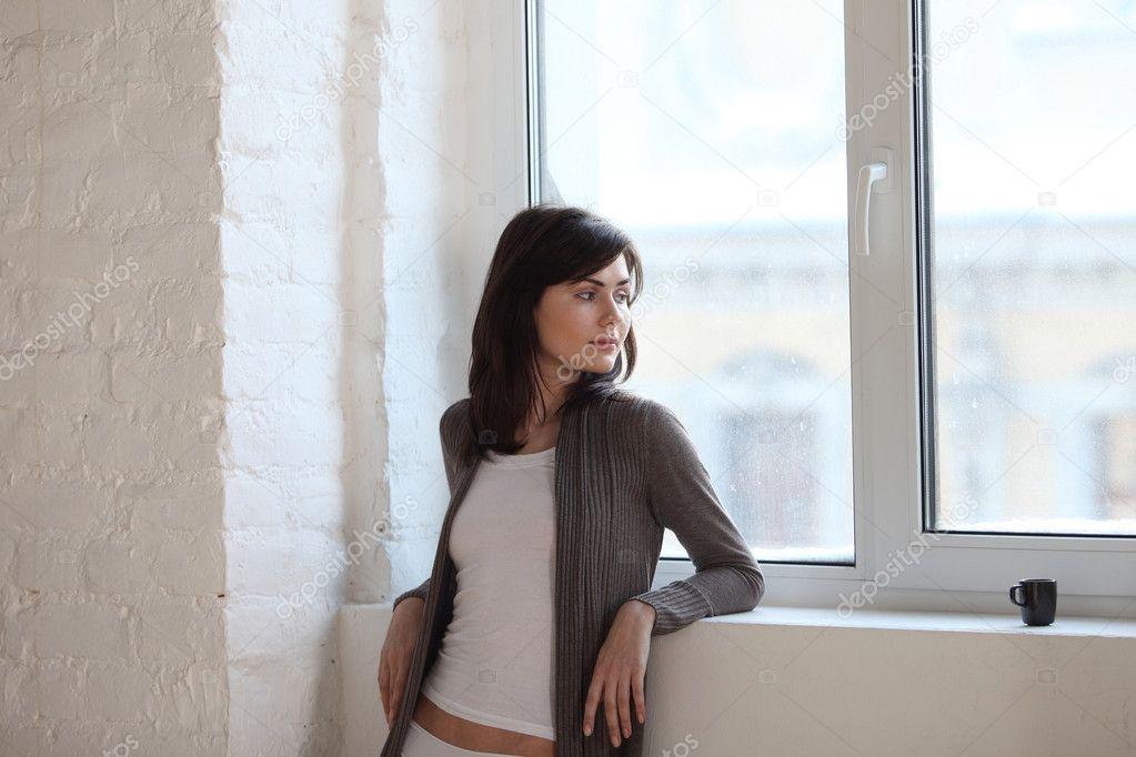 Фото красивая девуша смотряшая в окно фото 691-493