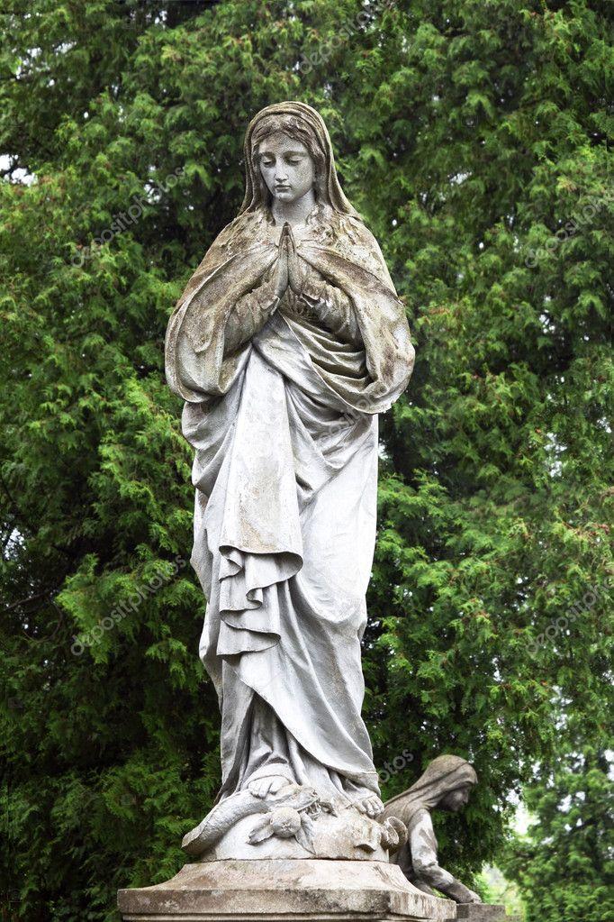 Statue de la vierge marie dans le jardin photographie for Statue vierge marie pour exterieur