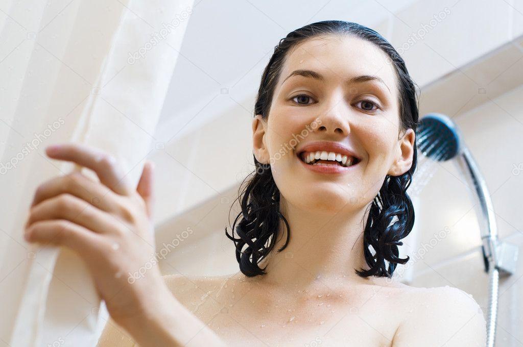 madchen unter badewanne